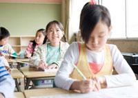 教室で勉強している小学生 02336005321| 写真素材・ストックフォト・画像・イラスト素材|アマナイメージズ