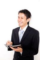 手帳を開いているビジネスマン