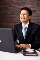 パソコンで仕事をしているビジネスマン
