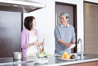 キッチンで一緒に料理をしているシニア夫婦 02336005366| 写真素材・ストックフォト・画像・イラスト素材|アマナイメージズ