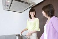 キッチンで一緒に料理をしている嫁と姑 02336005368| 写真素材・ストックフォト・画像・イラスト素材|アマナイメージズ