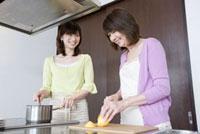 キッチンで一緒に料理をしている嫁と姑 02336005368A| 写真素材・ストックフォト・画像・イラスト素材|アマナイメージズ