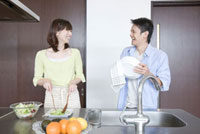 キッチンで一緒に料理をしている夫婦