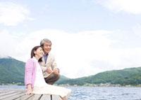 湖にいるシニア夫婦 02336005412A| 写真素材・ストックフォト・画像・イラスト素材|アマナイメージズ