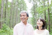 唐松林を歩くシニア夫婦