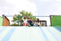 滑台で遊ぶ子どもたち 02336005430A| 写真素材・ストックフォト・画像・イラスト素材|アマナイメージズ
