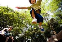 ジャンプする男の子 02336005437A| 写真素材・ストックフォト・画像・イラスト素材|アマナイメージズ