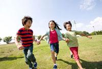 芝生を走る男の子と女の子 02336005444A| 写真素材・ストックフォト・画像・イラスト素材|アマナイメージズ