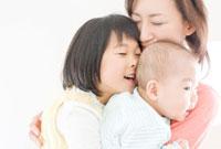 抱き合う家族三人