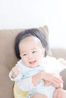 赤ちゃんを抱っこする女の子