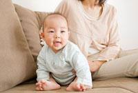 ソファーに座る赤ちゃんと母親