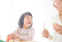 料理をする母と子