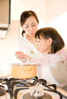 キッチンで料理をする母と子