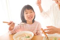 食事をする母と子