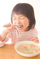 シチューを食べる女の子