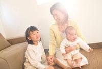 家の中で遊ぶ家族三人