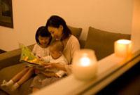 絵本を楽しむ家族三人