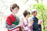 神社でお参りする家族