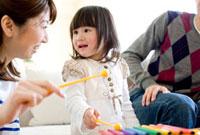 おもちゃで遊ぶ家族