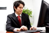 パソコンに向かっているビジネスマン