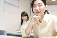 塾で勉強する女子高校生