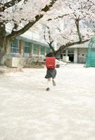 ランドセルを背負って走る小学生の女の子