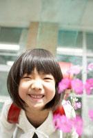 花と小学生の女の子