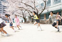 校庭で走る小学生