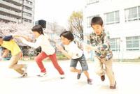 校庭を走る小学生