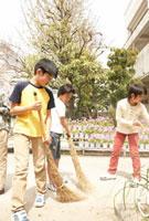 校庭を掃除する小学生 02336005645| 写真素材・ストックフォト・画像・イラスト素材|アマナイメージズ