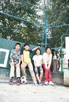 校庭に立つ小学生