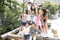 校庭で遊ぶ小学生 02336005655| 写真素材・ストックフォト・画像・イラスト素材|アマナイメージズ