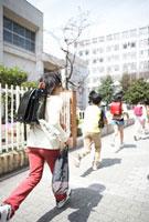 小学生の登下校シーン 02336005657B| 写真素材・ストックフォト・画像・イラスト素材|アマナイメージズ