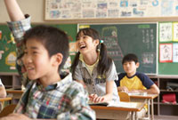 教室で授業を受けている小学生
