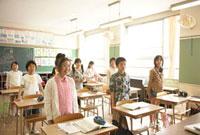 教室で起立する小学生