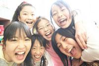 休み時間に教室で遊ぶ小学生