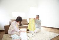 洗濯物をたたむシニア夫婦