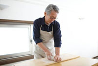粘土をこねるシニア男性