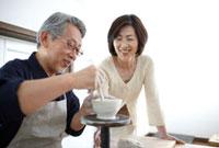 陶芸をするシニア夫婦