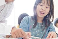 塾の教室で勉強をする女の子