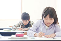 塾の教室で勉強をする子供