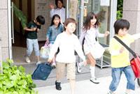 学習塾から帰る子供を見送る先生