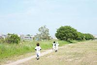 ランニングする三人の野球少年