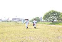 二人の歩く野球少年