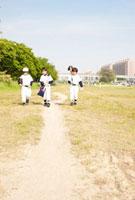 三人の歩く野球少年