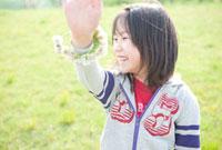 シロツメグサの腕輪をつけた女の子