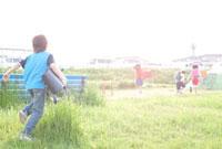 公園を走る小学生