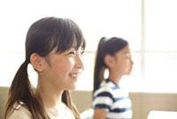 笑顔で前を見ている女の子 02336005899| 写真素材・ストックフォト・画像・イラスト素材|アマナイメージズ