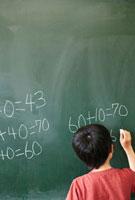 黒板に数字を書く男の子 02336005925B| 写真素材・ストックフォト・画像・イラスト素材|アマナイメージズ