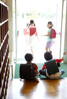 下駄箱で靴を履き替える笑顔の小学生たち 02336005945| 写真素材・ストックフォト・画像・イラスト素材|アマナイメージズ